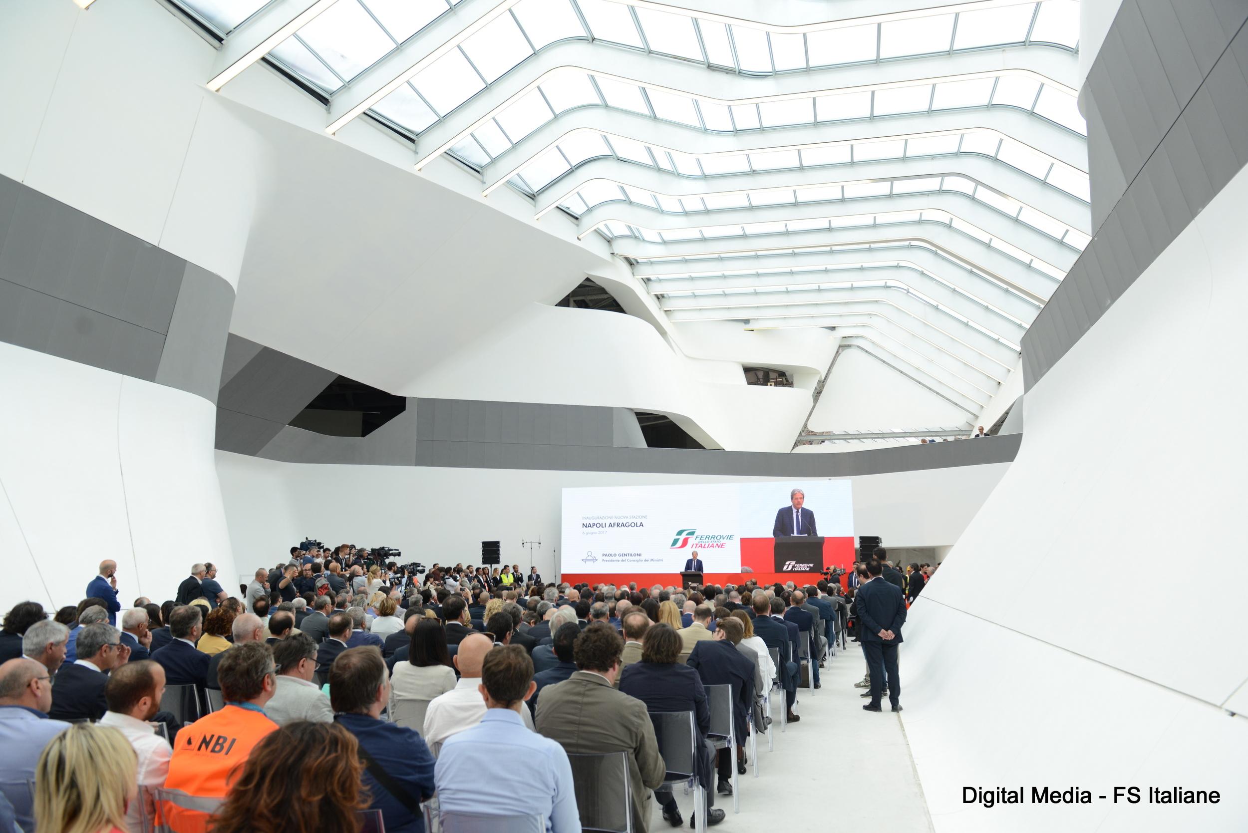 Napoli il premier gentiloni inaugura la nuova stazione di for Arredo trasporti afragola